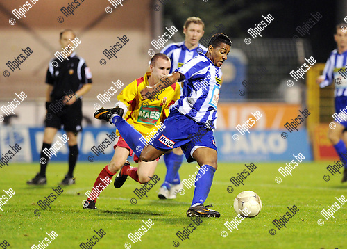 2011-09-01 / Voetbal / seizoen 2011-2012 / KV Turnhout - SV Bornem / Bouyfoulkitne (KVT) wordt op de huid gezeten door Nuytinck..Foto: Mpics