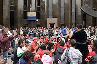 SAO PAULO, 12 DE JULHO DE 2012 - MANIFESTACAO MTST - Manifestantes do MTST e outro movimentos populares em protesto por moradia na frente do predio do Itau Personalite, na Avenida Paulista, regiao central, na manha desta quinta feira. FOTO: ALEXANDRE MOREIRA - BRAZIL PHOTO PRESS