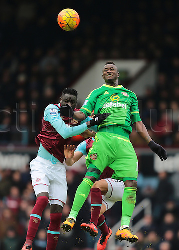 27.02.2016. Boleyn Ground, London, England. Barclays Premier League. West Ham versus Sunderland. Sunderland Forward Dame N'Doye wins a climbing header against  West Ham United Midfielder Cheikhou Kouyate