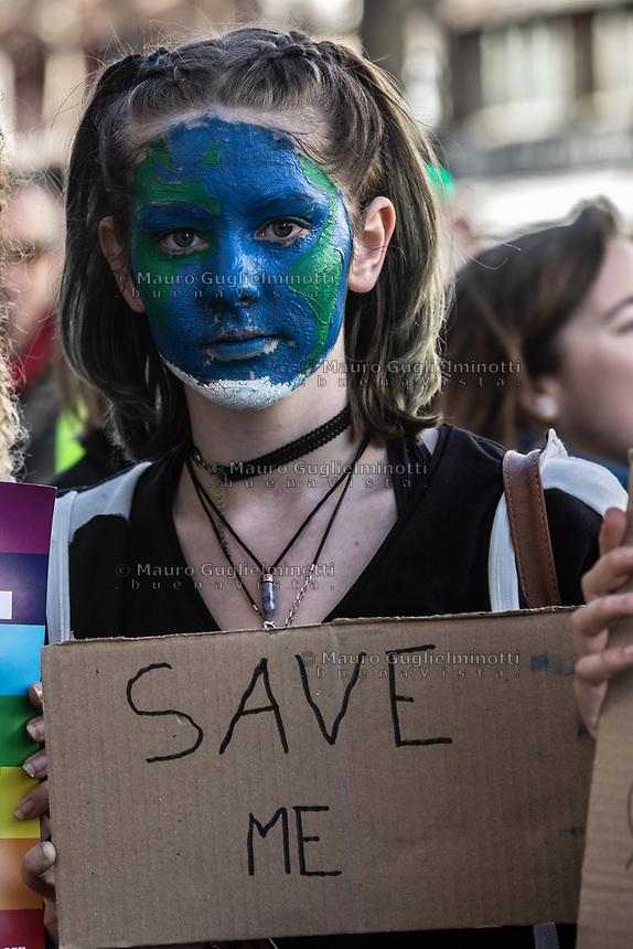 Manifestazione per il clima ragazza con cartello a difesa del clima e volto dipinto come il pianeta