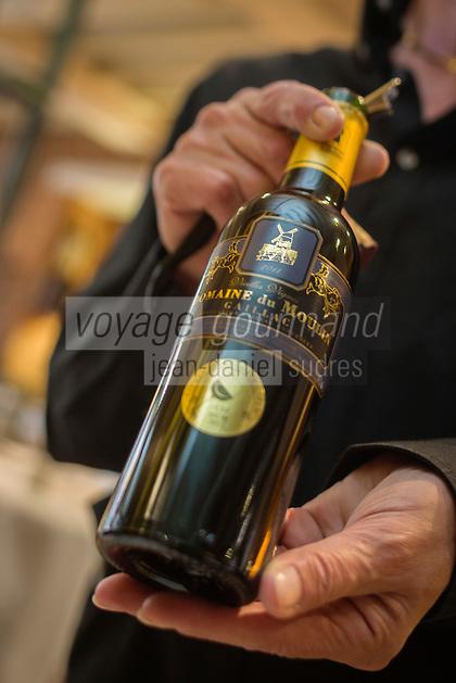 France, Haute-Garonne (31), Toulouse, restaurant: Le Colombier, Service du vin AOP Gaillac// France, Haute Garonne, Toulouse,   Le Colombier , restaurant, Serving Wine PDO Gaillac