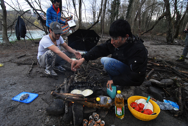 Gorizia / Italia - feb.2016<br /> Profughi afghani, appena giunti a Gorizia attraverso la rotta balcanica, vivono nella &quot;Jungle&quot;, la fitta boscaglia lungo il fiume Isonzo. Si recano alla Caritas per la cena o si rivolgono al team medico di MSF in caso di malattia. Molti di loro sono stati respinti alla frontiera austriaca e hanno richiesto asilo politico in Italia.<br /> Afghan refugees, just arrived in Gorizia through the Balkan route, live in the &quot;Jungle&quot;, the thick bush along the Isonzo river. Often they go to Caritas for dinner or go to the doctor for MSF teams in case of illness.<br /> Many of them were rejected to the Austrian border and requested political asylum in Italy.<br /> Photo Livio Senigalliesi