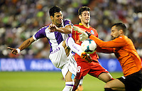 Real Valladolid´s Javi Guerra (l) and Getafe's goalkeeper Moya (r) during La Liga match.August 31,2013. (ALTERPHOTOS/Victor Blanco)