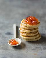 Blinis et œufs de saumon : appelés parfois « caviar rouge » // Blinis and Salmon roe<br /> <br />  - Stylisme : Valérie LHOMME