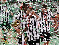 Calcio, finale Tim Cup: Juventus vs Lazio. Roma, stadio Olimpico, 20 maggio 2015.<br /> Juventus' Arturo Vidal holds the trophy at the end of the Italian Cup final football match between Juventus and Lazio at Rome's Olympic stadium, 20 May 2015. Juventus won 2-1 after extra time.<br /> UPDATE IMAGES PRESS/Isabella Bonotto