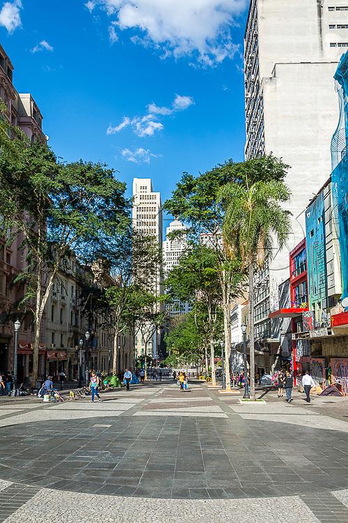 Movimentação de pessoas na avenida São João próximo do Vale do Anhangabaú ao fundo Edifício Altino Arantes, São Paulo - SP, 07/2016.