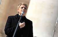 La cantante Tosca si esibisce prima dell'arrivo di Papa Francesco all'incontro con i fidanzati, in occasione della ricorrenza di San Valentino in Piazza San Pietro,  Citta' del Vaticano, 14 febbraio 2014.<br /> Italian singer Tosca performs before the arrival of Pope Francis for his meeting with engaged couples, in occasion of the St. Valentine's Day in St. Peter's square at the Vatican, 14 February 2014.<br /> UPDATE IMAGES PRESS/Isabella Bonotto<br /> <br /> STRICTLY ONLY FOR EDITORIAL USE