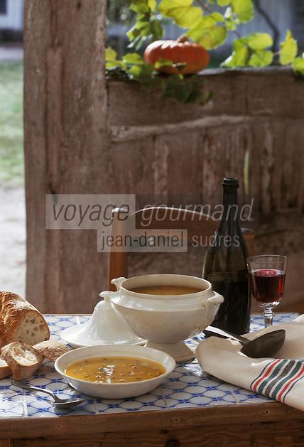 """Europe/France/Aquitaine/40/Landes/Parc Naturel Régional des Landes de Gascogne/Marquèze (écomusée de la Grande Lande): """"Soupe à la citrouille""""  Stylisme Valérie Lhomme"""