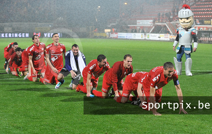 KV Kortrijk - Club Brugge KV : de spelers van Kortrijk vormen na de wedstrijd een treintje om de overwinning te vieren<br /> foto VDB / Bart Vandenbroucke