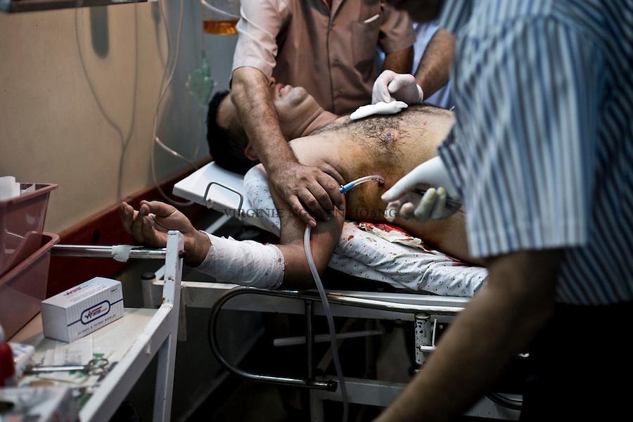 GAZA: Doctors of Al Awda hospital are taking out blood from the lungs of a patient that had a shrapnel inside it.<br /> <br /> GAZA: Des m&eacute;decins de l'h&ocirc;pital Al-Awda retirent du sang dans les poumons d'un patient perfor&eacute; par un un &eacute;clat d'obus.