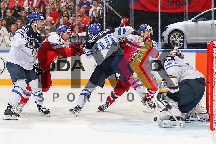 Finnlands Kemppainen, Joonas (Nr.24)(Karpat Oulu) h&auml;lt das Tor frei f&uuml;r Finnlands Rinne, Pekka (Nr.35)(Nashville Predators)  gegen Tschechiens Erat, Martin (Nr.91)(Arizona Coyotes) und Tschechiens Kovar, Jan (Nr.43)(Metallurg Magnitogorsk)  im Spiel IIHF WC15 Czech Republic vs. Finland.<br /> <br /> Foto &copy; P-I-X.org *** Foto ist honorarpflichtig! *** Auf Anfrage in hoeherer Qualitaet/Aufloesung. Belegexemplar erbeten. Veroeffentlichung ausschliesslich fuer journalistisch-publizistische Zwecke. For editorial use only.