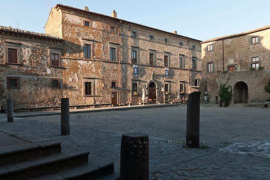 Civita di Bagnoregio. La piazza principale, in primo piano i resti delle colonne dell'antico portico della chiesa di San Donato; sullo sfondo Palazzo Alemanni, sede del Museo Geologico e delle Frane.