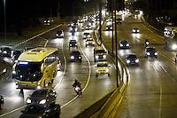 SÃO PAULO, 03 DE MAIO 2013 - TRANSITO SP - Condições do trânsito na noite desta sexta-feira(03) é moderado na Marginal Tietê sentido Rod Ayrton Sena na altura da Ponte da Casa Verde - FOTO: LOLA OLIVEIRA/BRAZIL PHOTO PRESS