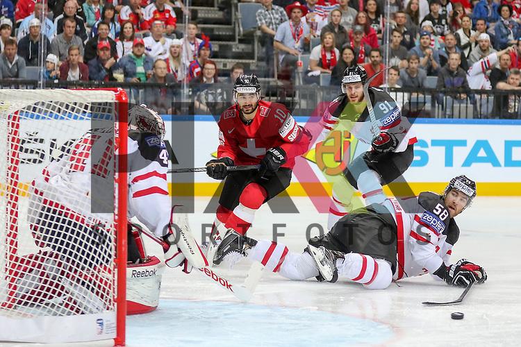 Schweizs Ambuhl, Andreas (Nr.10) mit dem Torversuch, angegangen von Canadas Seguin, Tyler (Nr.91), Canadas Savard, David (Nr.58) kann nur am Boden hinter her gucken ob Canadas Hall, Taylor (Nr.4) den Puck hat im Spiel IIHF WC15 Schweiz vs. Canada.<br /> <br /> Foto &copy; P-I-X.org *** Foto ist honorarpflichtig! *** Auf Anfrage in hoeherer Qualitaet/Aufloesung. Belegexemplar erbeten. Veroeffentlichung ausschliesslich fuer journalistisch-publizistische Zwecke. For editorial use only.