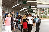 OSASCO,SP - 22.05.2014. - SEGUNDO DIA DE PARALISAÇÃO DE ONIBUS EM OSASCO - Motoristas e Cobradores de onibus da VIação Osasco continuam de braços paralizados, apenas alguns onibus da Viação Urubupungá atende uma parte da cidade de Osasco, a maior parte da cidade ainda sofre com a paralização, foto feita no terminal do Largo de Osasco na tarde desta quinta-feira (22). ( Foto: Aloisio Mauricio / Brazil Photo Press)