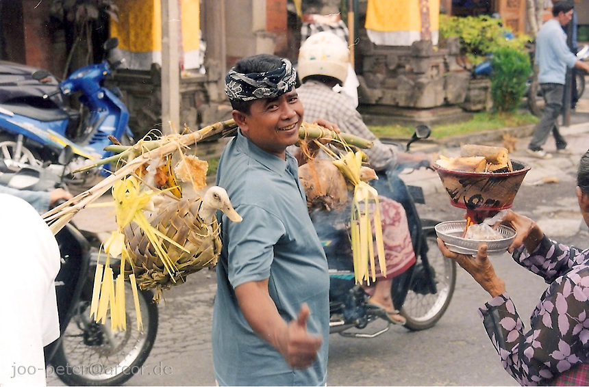 Balinese carrying ducks as offerings in procession, Ubud, Bali, archipelago Indonesia, 2006