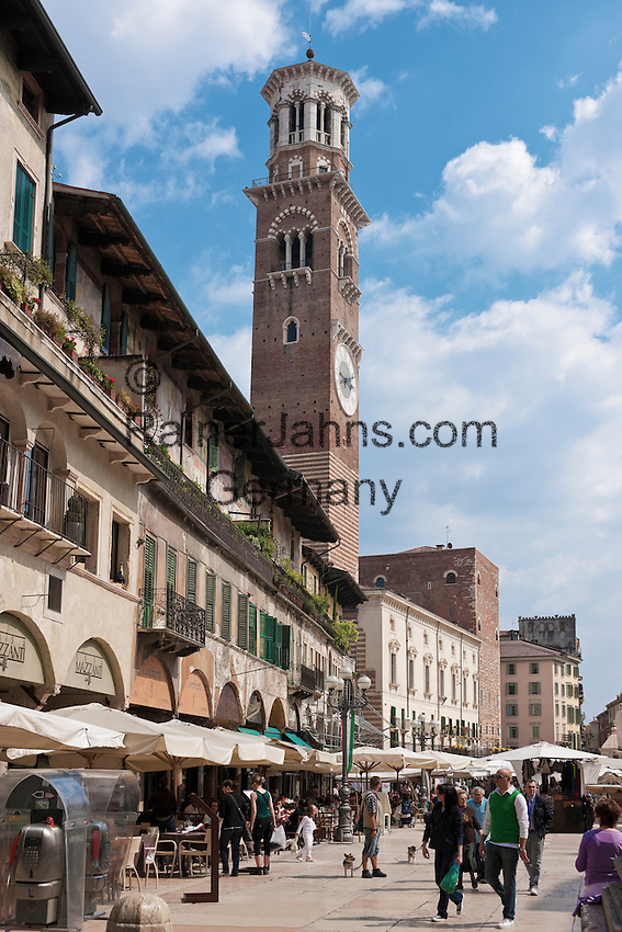 Italy, Veneto, Province Capital Verona: restaurants, cafaes and souvenir stalls at Piazza delle Erbe, at left Casa dei Mazzanti with its frescos and belfry Torre dei Lamberti, offering a superb view across the whole city of Verona | Italien, Venetien, Provinzhauptstadt Verona: Cafes, Restaurants und Souvenirstaende auf der Piazza delle Erbe, links die mittelalterlichen Buergerhaeuser der Casa dei Mazzanti mit ihren Fresken und der Torre dei Lamberti, von dem man einen schoenen Ueberblick ueber die Stadt hat