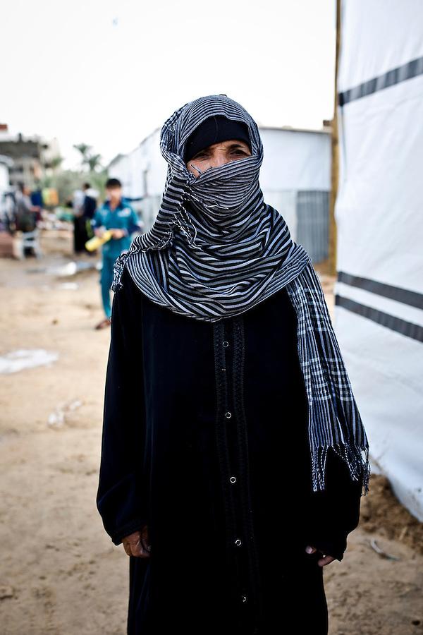 Gaza, khouzaa; Feda Hemdan Alnajar a 63 ans et a vu sa maison completement d&eacute;truite par des bombardements isra&eacute;liens &agrave; Khuzaa. Apr&egrave;s la tr&ecirc;ve, elle a d&eacute;cid&eacute;e de partir d'une &eacute;cole de l UNRWA pour se construire une tente dans les ruines de sa maison rejoint par ses 3 filles et 2 gar&ccedil;ons. Mais il y a 2 semaines, Human Appeal Royaume-Uni a fait don de 26 conteneurs, des maisons temporaires, a la municipalite de Khouzaa. Elle vit desormais dans un de ces containers.<br /> <br /> <br /> Gaza,Khuzaa; Feda Hemdan AlNajar is 63 years old and has seen her house in Khouzaa completly destroyed by israeli shellings. After the truce, she decided to move from the shelter school to a tent in the ruins of her house joined by her 3 daughters and 2 sons. But 2 weeks ago, Human Appeal UK donated 26 containers, temporary houses to the municipality of Khouzaa. She's one who has been chosen to live inside a container with her family.
