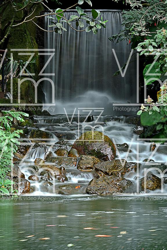 cascada de agua vista en el jardn botnico jos celestino mutis de la ciudad