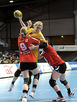 Handball Frauen / Damen  / women 1. Bundesliga - DHB - HC Leipzig : Frankfurter HC - im Bild: Kraftvoll - Sara Eriksson im Angriff gegen zwei Frankfurterinnen . Foto: Norman Rembarz .