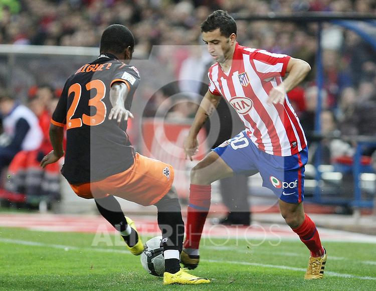 Atletico de Madrid's Simao Sabrosa (r) and Valencia's Miguel Brito during La Liga match.(ALTERPHOTOS/Acero)