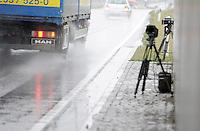 Feature Geschwindigkeitsmessung Blitzer digitale Verkehrsüberwachung - dieses moderne digitale Gerät ist im Umland von Leipzig im Einsatz - wesentlich kompakter und damit unauffälliger präsentiert es sich dem Fahrzeugführer / Autofahrer. Verkehrssicherheit Tempolimit Kommune Stadtkasse Bußgeld. Foto: Norman Rembarz
