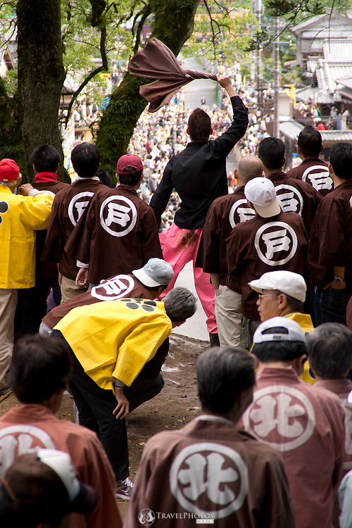 A team member signals to the other members their readiness at the Tado Horse Festival.