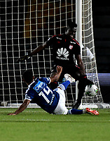 BOGOTÁ - COLOMBIA, 15-01-2019: Geovanni Banguera (Der.) guardavallas de Independiente Santa Fe disputa el balón con David Macalister Silva (Izq.) jugador de Millonarios, durante partido entre Independiente Santa Fe y Millonarios, por el Torneo Fox Sports 2019, jugado en el estadio Nemesio Camacho El Campin de la ciudad de Bogotá. / Geovanni Banguera (R) goalkeeper of Independiente Santa Fe vies for the ball with David Macalister Silva (L) player of Millonarios  during a match between Independiente Santa Fe and Millonarios, for the Fox Sports Tournament 2019, played at the Nemesio Camacho El Campin stadium in the city of Bogota. Photo: VizzorImage / Luis Ramírez / Staff.