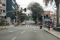 MEDELLIN - COLOMBIA, 30-03-2020: Un hombre camina por una desolada calle en Medellín durante el octavo día de la cuarentena total en el territorio colombiano causada por la pandemia  del Coronavirus, COVID-19. / A man walks through desolate avenue in Medellin during the eighth day of total quarantine in Colombian territory caused by the Coronavirus pandemic, COVID-19. Photo: VizzorImage / Leon Monsalve / Cont