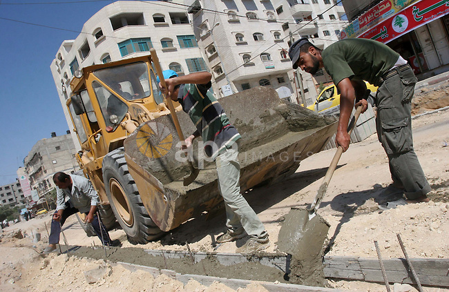 A Palestinian workers renovate El-Nasr Street in Gaza City on July 28, 2009. Photo By Mohammed Asad