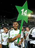 MEDELLÍN -COLOMBIA-21-05-2014. Jefferson Duque jugador del Atlético Nacional posa con un cartel que indica la estrella 14 de su equipo para celebrar el título como Campeones de la Liga Postobón I 2014 después de derrotar al Atletico Junior en partido de vuelta de la final jugado en el estadio Atanasio Girardot de la ciudad de Medellín./ Atlético Nacional Player Jefferson Duque poses with a sign indicating the star number 14 of his team to celebrate as champions of Postobon League I 2014 after defeated Atletico Junior in the second leg match of the final played at Atanasio Girardot stadium in Medellin city. Photo: VizzorImage/Luis Ríos/STR