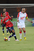 MEDELLÍN -COLOMBIA-20-04-2013. Un jugador (i) del Medellín disputa el balón con Omar Pérez de Santa Fe durante partido de la fecha 12  de la Liga Postobón 2013-1 realizado en el estadio Atanasio Girardot de Medellín./  Medellín's player fights for the ball with Omar Perez of Santa Fe during match of the 12th date in the 2013-1 Postobon League at Atanasio Girardot stadium in Medellin.  Photo:VizzorImage/Luis Ríos/STR
