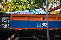 ATENCAO EDITOR: FOTO EMBARGADA PARA VEICULOS INTERNACIONAIS. - RIO DE JANEIRO, RJ,15 DE SETEMBRO 2012 - ELEICOES 2012-PROPAGANDA IRREGULAR- Fiscais do TRE realizao operacao contra propagandas eleitorais irregulares, retirando placas de candidatos de ruas e pracas, na Gloria, zona sul do Rio de Janeiro.(FOTO: MARCELO FONSECA / BRAZIL PHOTO PRESS).