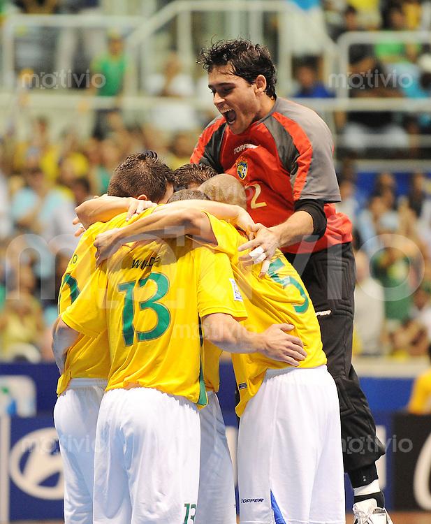 Fussball  International  FIFA  FUTSAL WM 2008   12.10.2008 Zweite Gruppenrunde Gruppe E Italy - Brasil Italien - Brasilien Die Brasilianer feiern das 2:0