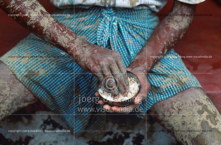INDIA Karnataka Taccode, farmer in lungi is eating rice from coconut bowl / INDIEN Bauer isst Reis aus Kokosnuss Schale