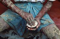 INDIA Karnataka Taccode, farmer in lungi is eating rice from coconut bowl / INDIEN Bauer isst Reis aus Kokosnuss Schale