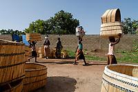 BURKINA Faso, Gaoua, women go to the basket market / BURKINA FASO, Gaoua, Frauen auf dem Korb Markt