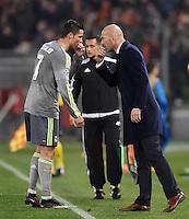FUSSBALL CHAMPIONS LEAGUE  SAISON 2015/2016 ACHTELFINAL HINSPIEL AS Rom - Real Madrid                 17.02.2016 Trainer Zinedine Zidane (re, Real Madrid) mit Cristiano Ronaldo (Real Madrid)