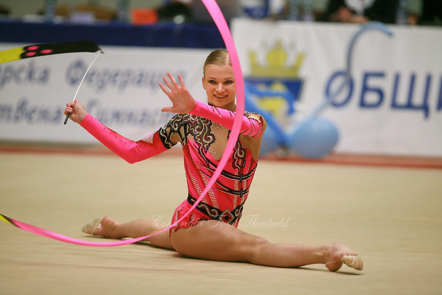 Olga Kapranova of Russia waves with ribbon during event final at 2006 Burgas Grand Prix from Burgas, Bulgaria on May 6, 2006.  (Photo by Tom Theobald)