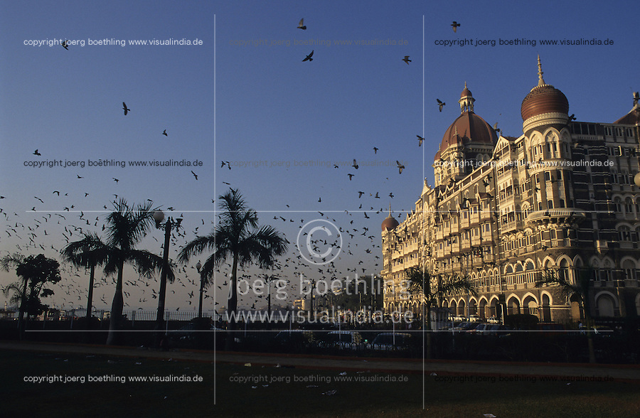 "Asien Indien IND Megacity Mumbai Bombay .Fünfsterne Hotel Taj Mahal am Gateway of India , Hotel wurde in der britischen Kolonialzeit erbaut , die Hotelkette Taj Hotels and Ressorts ist Teil des TATA Konzern - Architektur Baustil Luxus Luxushotel Geld Gebäude Haus Immobilien immobilie Metropolen Megacities Stadt Großstadt Megastädte Tourismus Reise teure Hotels Reichtum Taube Tauben Vogel xagndaz | .Asia India Mumbai .Fivestar Hotel Taj Mahal in Bombay - city building living housing house property architecture tourism travel hotels wealth .| [copyright  (c) agenda / Joerg Boethling , Veroeffentlichung nur gegen Honorar und Belegexemplar an / royalties to: agenda  Rothestr. 66  D-22765 Hamburg  ph. ++49 40 391 907 14  e-mail: boethling@agenda-fototext.de  www.agenda-fototext.de  Bank: Hamburger Sparkasse BLZ 200 505 50 kto. 1281 120 178  IBAN: DE96 2005 0550 1281 1201 78 BIC: ""HASPDEHH"" ,  WEITERE MOTIVE ZU DIESEM THEMA SIND VORHANDEN!! MORE PICTURES ON THIS SUBJECT AVAILABLE!! INDIA PHOTO ARCHIVE: http://www.visualindia.net ] [#0,26,121#]"