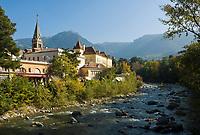 Italien, Suedtirol, Meran: Herbststimmung an der Winterpromenade entlang der Passer   Italy, South-Tyrol, Alto Adige, Merano: autumn scene along Winter Promenade and river Passirio