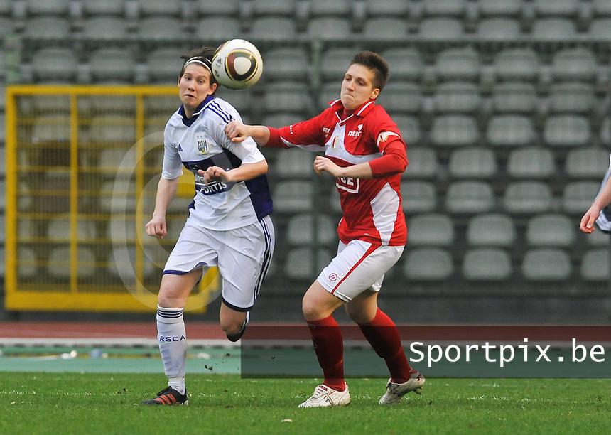 RSC Anderlecht Dames - Standard Femina de Liege : Lien Kesteloot in duel met Maud Coutereels.foto DAVID CATRY / Vrouwenteam.be
