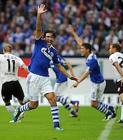 FUSSBALL   1. BUNDESLIGA   SAISON 2011/2012    4. SPIELTAG FC Schalke 04 - Borussia Moenchengladbach             28.08.2011 RAUL (Schalke) aergert sich ueber eine Schiedsrichterentscheidung