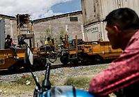 """Un hombre en una moto observa la llegada de la Caravana del Migrante con un contingente de alrededor de 600 personas en su mayoría de origen centroamericano, arribo a Hermosillo Sonora a bordo del tren conocido como """"La Bestia"""", provienen de la frontera Sur del País y con rumbo a la ciudad de Mexicali donde continuaran el viaje hasta Tijuana.<br /> La caravana tiene como objetivo solicitar <br /> asilo a Estados Unidos y algunos integrantes piensan solicitar una visa humanitaria en Mexico para laborar en los campos de Sonora y Baja California.<br /> (Photo: NortePhoto/Luis Gutierrez)"""
