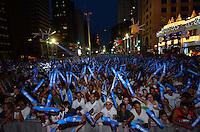 ATENÇÃO EDITOR FOTO EMBARGADA PARA VEÍCULOS INTERNACIONAIS - SAO PAULO, SP, 31 DE DEZEMBRO DE 2012 - REVEILLON NA PAULISTA - Publico durante 16ª edição do Reveillon da Paulista na noite desta desta segunda feira (31), véspera de ano novo em São Paulo. FOTO: LEVI BIANCO - BRAZIL PHOTO PRESS