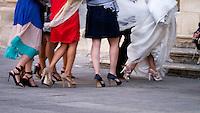 """Strascico umano - """"Puglia:Sedici:Noni"""" è un progetto fotografico a lunga scadenza che ha la pretesa di raccontare il Salento per set inconsistenti e inconsapevoli. Non immagini da cartolina, non scene intrecciate tra voci e territorio, ma set casuali, luoghi di scena involontari, teatri lasciati volutamente vuoti prima di girare la scena affinché non vengano """"sporcati"""" da alcuna presenza. Set di comparse protagoniste, voci di una sceneggiatura ideata e tralasciata perché altri ne abbiano beneficio senza saperlo. La scelta del formato 16:9 (da cui il titolo del progetto Puglia:Sedici:Noni) è dovuta al desiderio di una rappresentazione non consueta che richiami allo stesso tempo il concetto di cinema e coinvolga la visione ampliata dell'occhio umano. Tale formato è quello proporzionale utilizzato dalle nuove tecnologie nel campo dell'alta definizione. Il formato sta via via sostituendo il 4:3 lasciando fissa l'altezza dello schermo ma aumentando la lunghezza del 33%: tale formato è quello che più si avvicina alla visione dell'occhio umano in quanto, anche se il campo visivo sia effettivamente di 4:3, il cervello elabora le informazioni estendendo la visione in lunghezza. La scelta di un formato esteso dunque non è vincolato alla sola dimensione ma all'arricchimento con l'introduzione del fattore emotivo che altro non occupa se non il 33% aggiunto."""