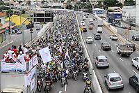 SAO PAULO,SP, 01 DE FEVEREIRO 2013 CIDADES - PROTESTO MOTOBOY.Concentração NA Av 23 de maio sentido centro de  São Paulo (SP), para realização de protesto na manhã desta sexta-feira (01). As novas regras de segurança para motofrentistas começam a valer neste sábado (2), mas apenas 21 mil dos 500 mil profissionais do estado de São Paulo fizeram o curso obrigatório. Segundo o sindicato, a baixa adesão se deve aos gastos com o curso e com os itens de segurança. FOTO ADRIANO LIMA / BRAZIL PHOTO PRESS).