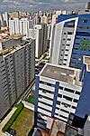Prédios de apartamentos no bairro Perdizes. São Paulo. 2008. Foto de Juca Martins.