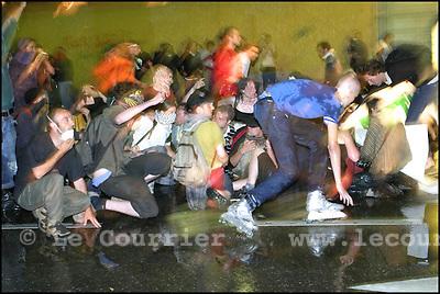 Genève, le 02.06.2003.Manifestation anti-g8. Un groupe de manifestant c'est fait arrosé par un canon à eau de la police. .© Jean-Patrick Di Silvestro