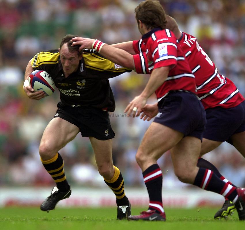 Photo: Richard Lane..Gloucester v London Wasps. Zurich Premiership Final 2003 at Twickenham. 31/05/2003..Robert Howley attacks.